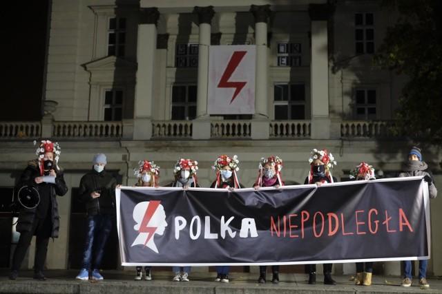 Miejski Konserwator Zabytków zwrócił się do ZKZL o zdjęcie symboli Strajku Kobiet z miejskiego budynku Arkadii