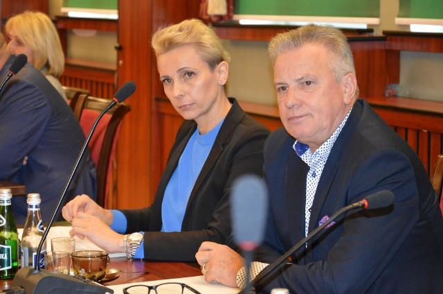 - Byliśmy dotąd jedyną niezależną od burmistrzów komisją - mówiła Edyta Gajda. - To było bardzo niewygodne!. Na zdjęciu z Piotrem Czerwińskim.