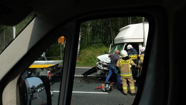 Wypadek na DK86 w Katowicach. Samochód dostawczy zderzył się z ciężarówką