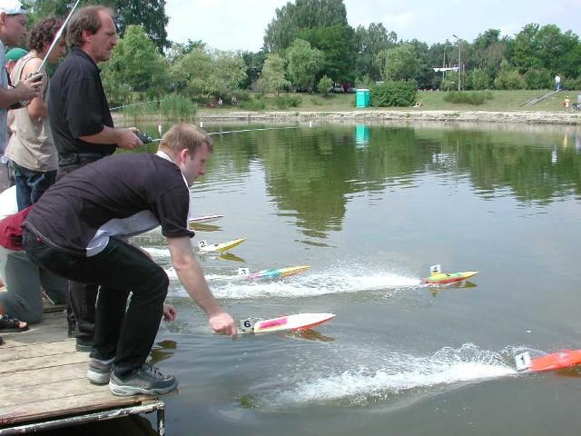 """Przez cały weekend nad kędzierzyńskim jeziorem """"Trójkąt"""" słychać było przeraźliwe brzęczenie małych łódek. Rozegrano tam Puchar Europy Modeli Pływających"""