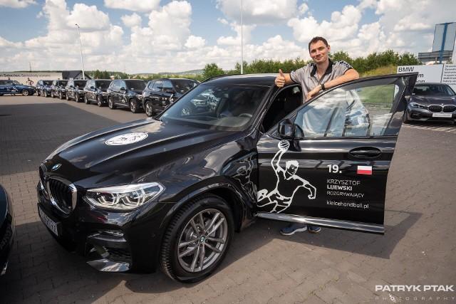 Piłkarze ręczni KS Kielce odbierali dziś nowe auta BWM X3, którymi będą jeździć od sezonu 2020/21. Kilku z nich pochwaliło się samochodami na Instagramie. Nowością jest umieszczenie na drzwiach aut flag państw, z których pochodzą zawodnicy.Kielecki klub z dealerem BMW ZK Motors Kielce współpracuje drugi rok. W poprzednich latach piłkarze ręczni jeździli Lexusami, Toyotami i Peugeotami.WAKACJE PIŁKARZY RĘCZNYCH PGE KIELCE: PIĘKNE KOBIETY, NARTY WODNE, KONIE, MAJORKA, ISLANDIA… [zdjęcia] [B]POLECAMY RÓWNIEŻ:[/B][tabela][tr][td sz=300]IGOR KARACIĆ SIĘ ZARĘCZYŁ. ZOBACZ JEGO PIĘKNĄ WYBRANKĘ[/td][td sz=300]PIĘKNOŚĆ Z UKRAINY. ZOBACZ PARTNERKĘ ARTIOMA KARALIOKA[/td][/tr][td]BYŁY ZAWODNIK VIVE KIELCE JEST CZOŁOWYM POKERZYSTĄ ŚWIATA. WYGRYWA MILIONY DOLARÓW