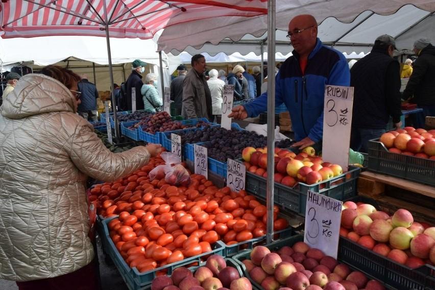 Na kieleckich bazarach we wtorek, 21 września wybór owoców i...