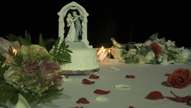 Dekoracja stołu, przy którym będą siedzieć nowożeńcy i ich najbliższa rodzina, to podstawa.