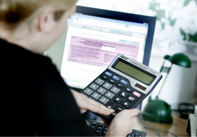 Ustawowy termin zwrotu podatku z PIT to 3 miesiące od daty poprawnego złożenia deklaracji w tradycyjnej, papierowej formie lub 45 dni liczonych od dnia 15 lutego w przypadku rozliczeń elektronicznych.Ze względu na znacznie krótszy czas oczekiwania, z roku na rok rośnie liczba wysyłanych e-deklaracji. PIT-y można wysyłać przez Internet od 2008 r. Według danych Ministerstwa Finansów w 2018 roku złożono ponad 16 milionów PIT-ów elektronicznych.Na roczne zeznanie podatkowe mamy czas do 2 marca 2020 roku (poniedziałek) w przypadku formularza PIT-28, oraz do 30 kwietnia 2020 roku (czwartek), jeśli rozliczamy PIT-37, PIT-36, PIT-36L, PIT-38, PIT-39.Ile czasu w rzeczywistości potrzebuje administracja skarbowa na zwrot pieniędzy podatnikom na Dolnym Śląsku, którzy rozliczą się online? Sprawdźcie swój Urząd Skarbowy!Przejdź dalej posługując się klawiszami strzałek, myszką lub gestami.Prognozowany okres zwrotu nadpłaconego podatku dochodowego od osób fizycznych wynika z badania przeprowadzonego przez e-file sp. z o.o. sp.k. dla rozliczeń podatkowych w roku 2019. Zakłada on porównywalność tempa realizacji zwrotów podatku w organach w kolejnych latach podatkowych. Wyniki badania opracowane zostały na podstawie odpowiedzi na pytania udzielone przez 60 143 respondentów.