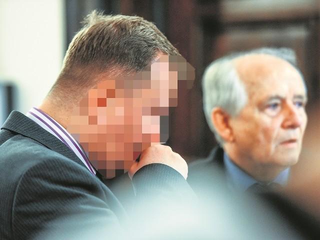 Tomasz P. w latach 2008-2010 był naczelnikiem w bydgoskim oddziale ZUS, a do lipca 2014 roku (gdy usłyszał zarzuty) dyrektorem NFZ w Bydgoszczy. Za wyłudzenia grozi mu do 8 lat więzienia