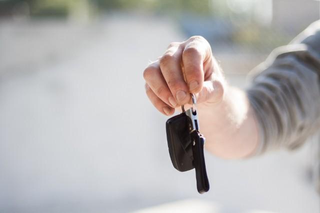 Każdy, kto nabywa nowy samochód, nie musi iść do urzędu, aby je zarejestrować.