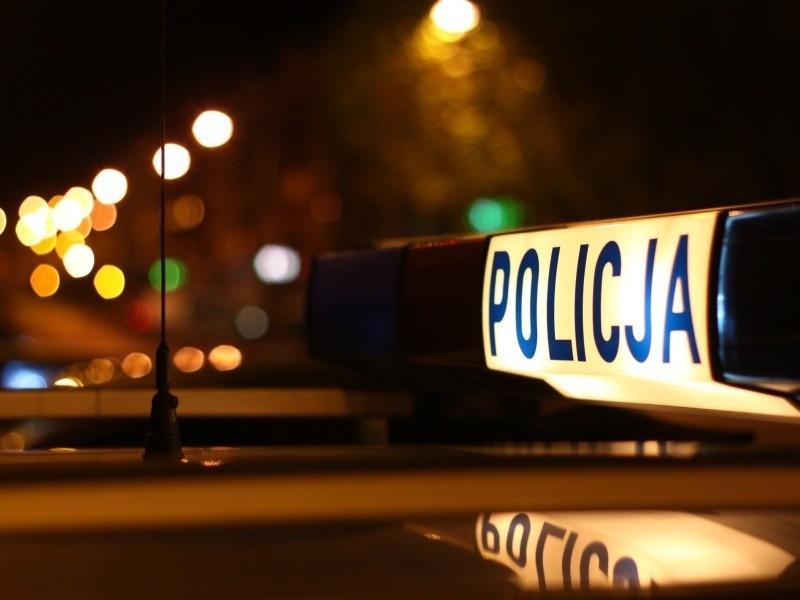 Mężczyzna był poszukiwany listem gończym. W chwili zatrzymania był pod wpływem narkotyków, narkotyki przewoził też w samochodzie.