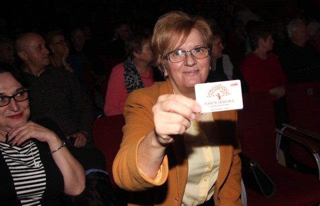 """Halina Sarnowska odebrała już swoją Kartę Seniora podczas uroczystości w """"Browarze B""""."""