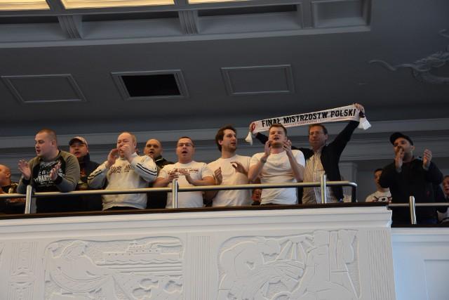 Kibice ŁKS Łódź przyglądali się obradom Rady Miejskiej, podczas której samorząd zwiększył pulę pieniędzy na rozbudowę stadionu przy al. Unii Lubelskiej.