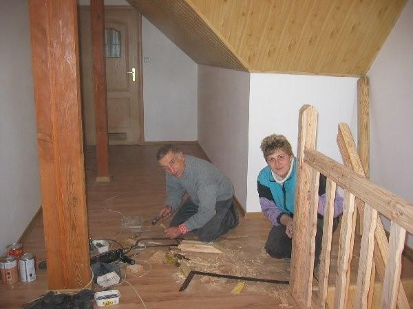 Barbara Gurtowska i Tadeusz Werner,  pracownicy gospodarczy Urzędu Gminy w  trakcie ostatnich prac kosmetycznych na piętrze  budynku.