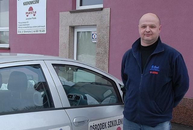Jarosław Piasta – jego mała szkoła nauki jazdy może pochwalić się najwyższą zdawalnością w regionie