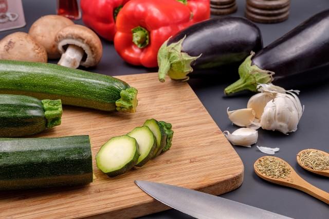 Cukinia świetnie komponuje się z innymi warzywami, ale można ją także wykorzystywać w daniach mięsnych.