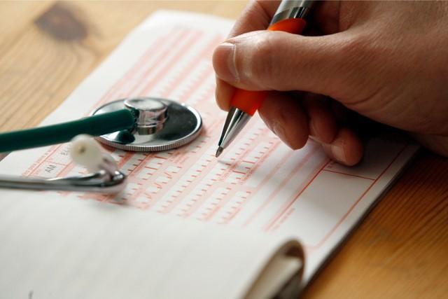 Tylko do końca listopada lekarze będą wystawiać zwolnienia na papierowych druczkach