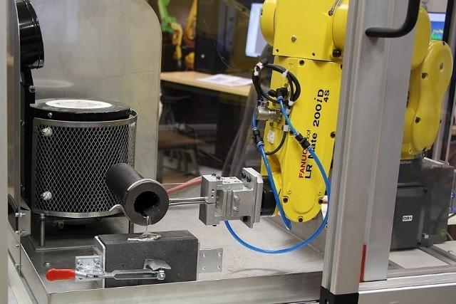 Rys. 1. Pracujący robot przemysłowy Fanuc LR Mate 200iD/4S, znajdujący się w laboratorium na WMT