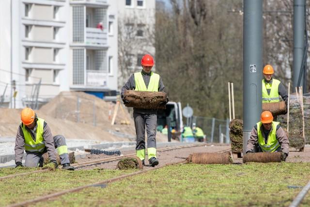 Na odcinku Wilczak – Włodarska, który zostanie oddany do użytku latem tego roku,   tramwaje nie  będą jeździć wahadłowo. – W rejonie przystanku Włodarska zostanie zamontowana zwrotnica, która umożliwi zmianę torów. Dlatego potrzebny jest tramwaj dwukierunkowy – tłumaczy Jan Gosiewski, dyrektor Zarządu Transportu Miejskiego w PoznaniuZobacz także: