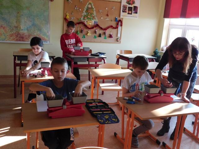 Uczniowie biorą udział w ciekawych zajęciach