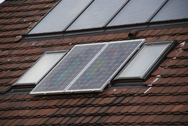 Kolektory słoneczne na połaci dachowejKolektory słoneczne do podgrzania wody i ogrzania domu