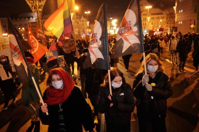 Kolejny raz kobiety wyszły protestować na ulicach Poznania. To reakcja na zaostrzenie prawa aborcyjnego w Polsce.