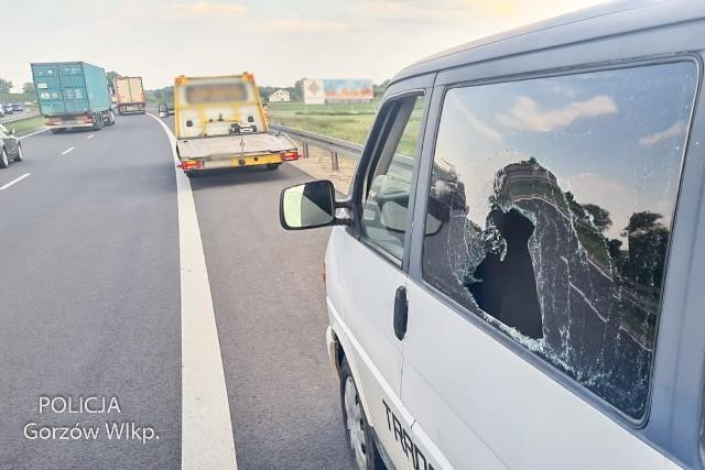 Kierowca peugeota zatrzymał volkswagena i ręką wybił szybę boczną.