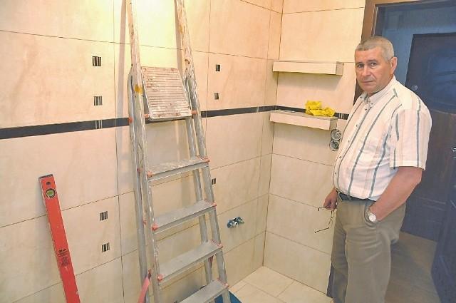 - Z winy niekompetentnych sprzedawców nie mogę dokończyć remontu - mówi Zbigniew Kuśnierski. (fot. Sławomir Mielnik)