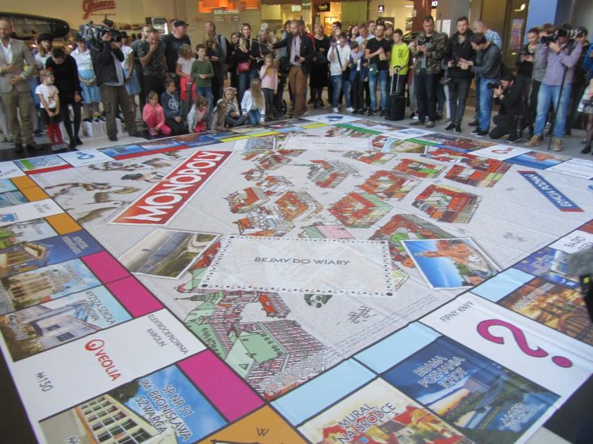Poznańska edycja Monopoly, legendarnej gry, znanej na całym świecie, już trafiła do sprzedaży. Na planszy znalazł się nie tylko ratusz, ale też Centrum Kultury Zamek, Brama Poznania i Uniwersytet Adama Mickiewicza. Wśród odsłaniających wielką planszę w Starym Browarze, był prezydent Jacek Jaśkowiak.
