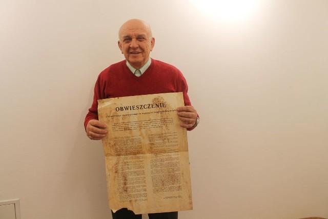 Zdzisław Sabat z własnoręcznie zerwanym obwieszczeniem dotyczącym wprowadzenia stanu wojennego.