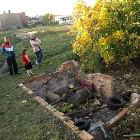 - Tutaj jest brudno i niebezpiecznie - pokazują mieszkający po sąsiedzku Arkadiusz Buczniewski, Dominika Iskra i sześcioletnia Klaudia.
