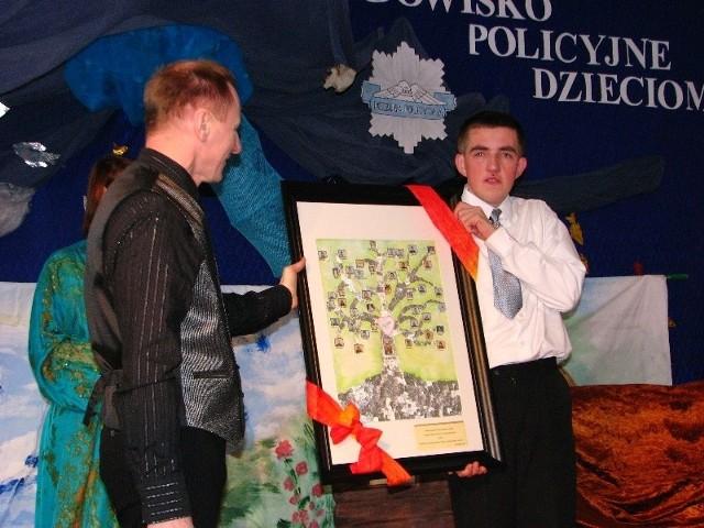 W tym roku, jeden z wychowanków, który już niedługo kończy edukację w tej szkole, Andrzej, przygotowywał specjalny prezent dla swoich przyjaciół z policji.