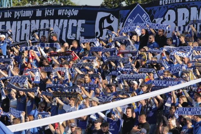 Kibice Ruchu Chorzów na meczu przy Cichej. Zobacz, które kluby województwa śląskiego są najbardziej popularne.  Zobacz kolejne zdjęcia. Przesuwaj zdjęcia w prawo - naciśnij strzałkę lub przycisk NASTĘPNE
