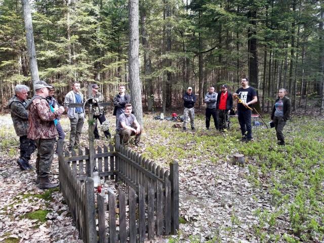 Wolontariusz podczas poszukiwań w lasach w gminie Słupia Konecka