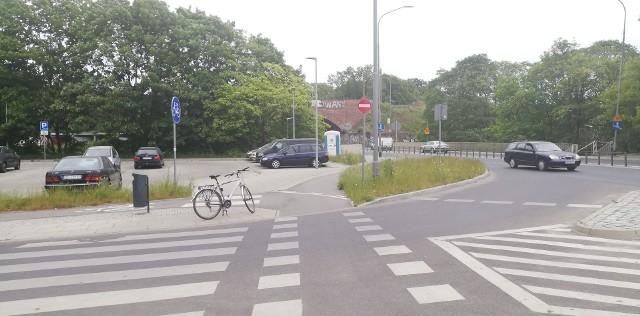 Asfaltowa ścieżka przy ul. Sczanieckiej, powstała przy okazji remontu ulicy w 2017 roku. Na pierwszy rzut oka piękna droga. Niestety, właściwie nieużyteczna dla rowerzystów jadących w stronę pasa rowerowego, który zaczyna się za wiaduktem nad ul. Wilczą