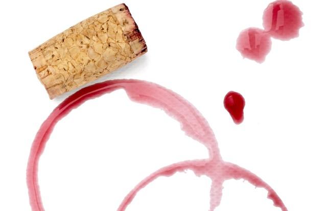 Jeśli na tkaninie powstanie plama z czerwonego wina, należy ją od razu namoczyć. Tylko wtedy uda się ją skutecznie wywabić, stosując na przykład sodę oczyszczoną, sól lub (co może dziwić) białe wino.