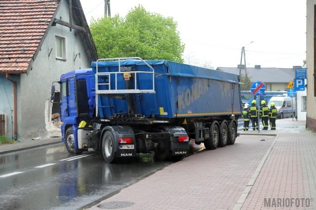 Samochód ciężarowy wjechał w dom w Dobrzeniu Wielkim.