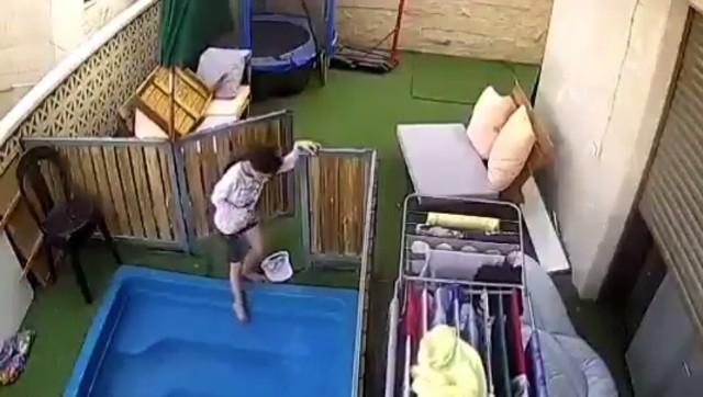 Dziecko wchodzi do basenu. Po chwili trzeba je ratować.