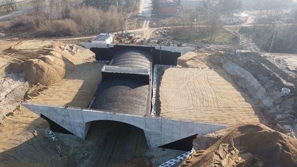 Coraz więcej obiektów inżynieryjnych niemal z dnia dzień staje się widoczne na budowie pierwszego odcinka S14 zachodniej obwodnicy Łodzi. Odcinek ten ma być gotów do końca roku.CZYTAJ DALEJ NA NASTĘPNYM SLAJDZIE>>>...