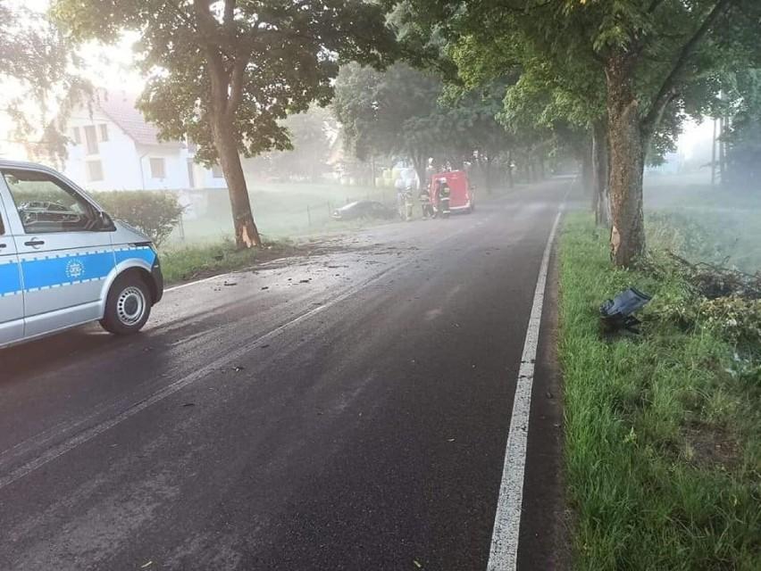 Wypadek w Lubieszynie 13.07.2021. Młoda kobieta uderzyła w drzewo, bo pomyliła hamulec z gazem. Zdjęcia