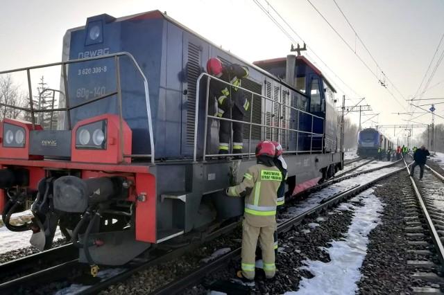 W piątek nad ranem w Chałupkach Dębniańskich doszło do zderzenia lokomotywy z pociągiem jadącym z Rzeszowa do Szczecina.