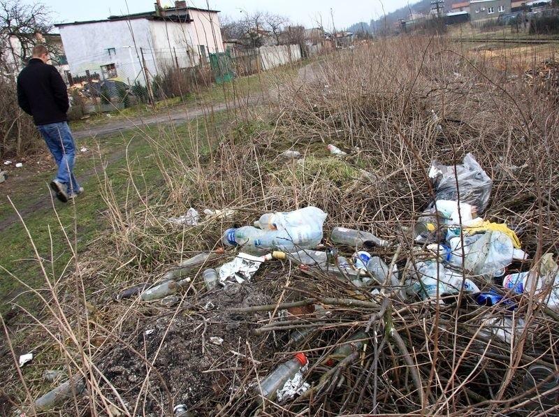 Dzikie wysypisko śmieci przy torach w Lęborku.