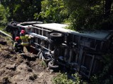 Wypadek na DK75 w Kurowie. Samochód dostawczy wpadł do rowu i zawisł na skarpie tuż przed nowym mostem [ZDJĘCIA]