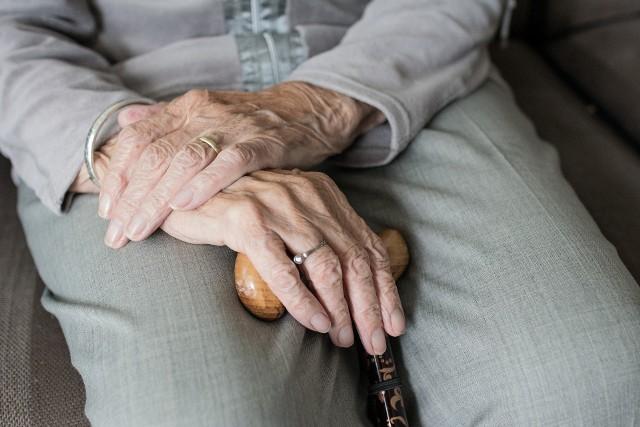Lęk przed szerzącą się epidemią starają się wykorzystać oszuści. Na ich celowniku znaleźli się seniorzy.