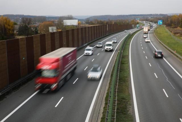 Kierowcom, którzy nie utrzymują bezpiecznego odstępu od poprzedzajacego samochodu, grozi mandat w wysokości 500 złotych