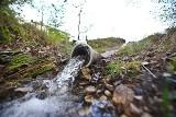 Na Maślicach mają pomysł na walkę z suszą. Czysta woda z budowy zasila staw