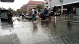 """Ulica Sucha zalana po ulewnym deszczu! Nowa inwestycja przypomina basen. """"Ludzie z bagażami skaczą na głęboką wodę"""" [ZDJĘCIA]"""