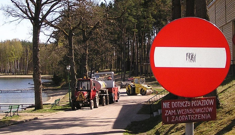Zakaz wjazdu przy jeziorze Jeleń.