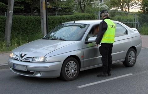 Policjanci dokładnie kontrolowali każdy samochód.