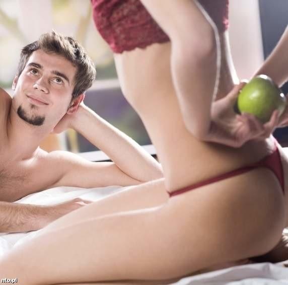 Jemu wystarczy sama myśl o tym, że będziecie się kochać, i widok ciebie w seksownej bieliźnie. Ty potrzebujesz więcej czasu, pieszczot i czułości. Naucz go tego.