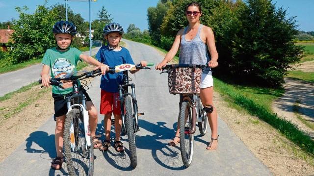 Dagmara Niedźwiedzka z synami Michałem i Dawidem wspólnie wybrali się na przejażdżkę po nowej trasie rowerowej na wałach Dunajca. Kilka chwil wcześniej na tę samą ścieżkę wjechał samochód