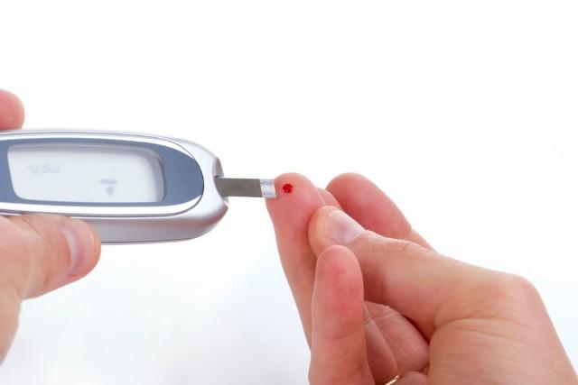 Osoby z cukrzycą każdego dnia powinny badać poziom cukru we krwi za pomocą glukometru