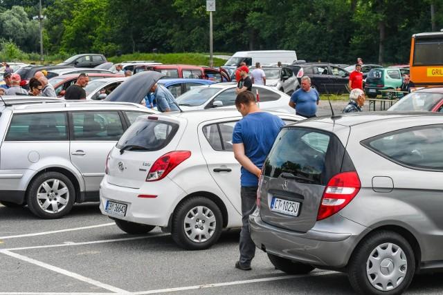 Automarket PKO BP zamiast giełdy. To oferta stworzona w oparciu o samochody spełniające rygorystyczne kryteria stanu technicznego i prawnego. Pochodzą z polskiej dystrybucji, od zaufanych dealerów, z udokumentowaną historią i przebiegiem. [b]Każdy samochód posiada co najmniej roczną gwarancję, a auto używane można zwrócić w ciągu pięciu dni.