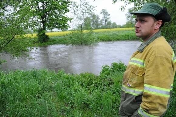 Wystarczy, że kilka dni popada, a mieszkańcy Bierawy już nerwowo spoglądają na Odrę i jej dopływ Bierawkę.Na zdjęciu Tomasz Plucik, który przeżył już kilka powodzi.